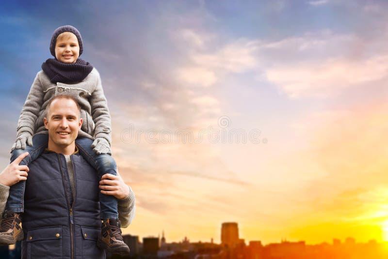 Lycklig fader och son över solnedgång i den tallinn staden royaltyfria foton