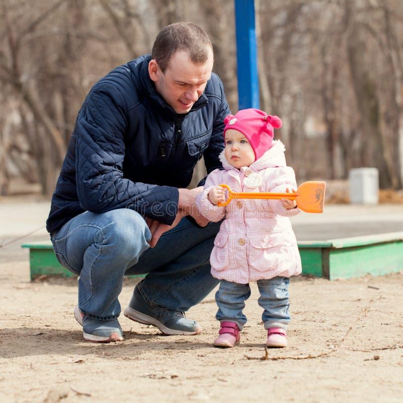 Lycklig fader som går med den nätta härliga lilla flickan arkivfoton