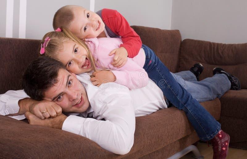 Download Lycklig familj arkivfoto. Bild av kyss, gyckel, avkommor - 3532026