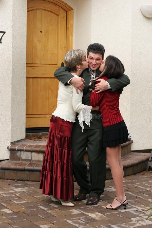 Download Lycklig familj fotografering för bildbyråer. Bild av kyssa - 518117