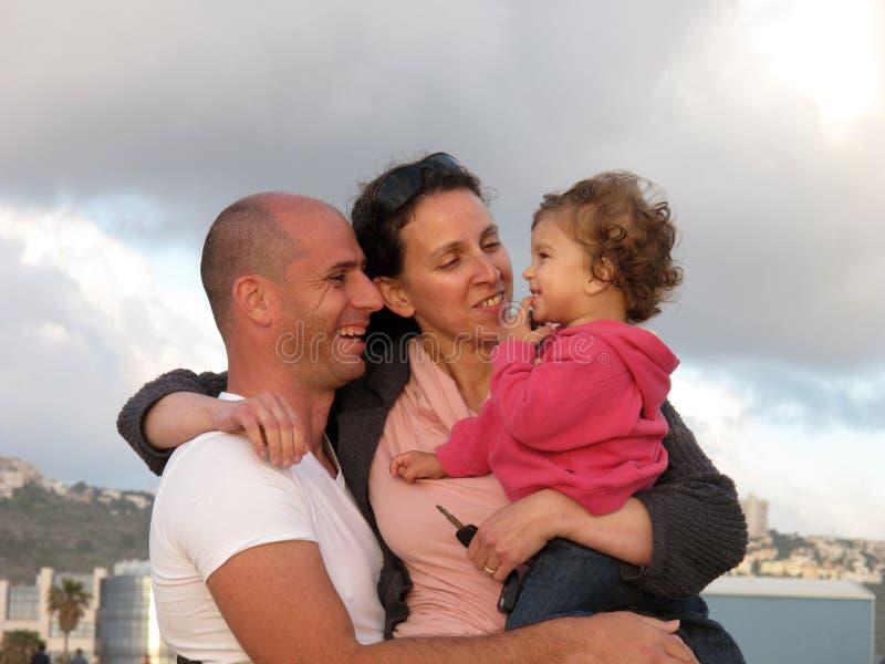 Download Lycklig familj arkivfoto. Bild av closeness, stad, härlig - 9500300