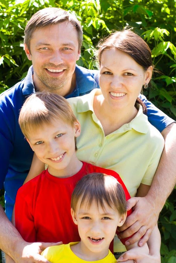 Lycklig familj av fyra royaltyfria bilder
