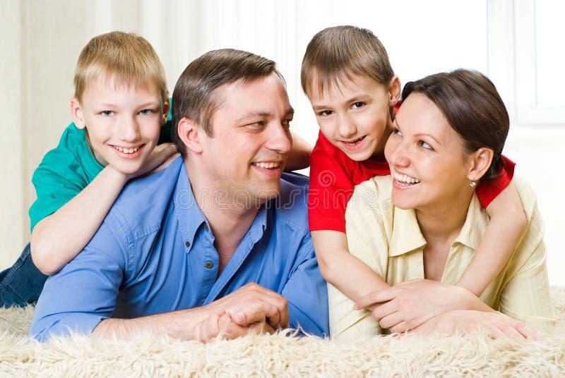 Lycklig familj av fyra folk arkivbild