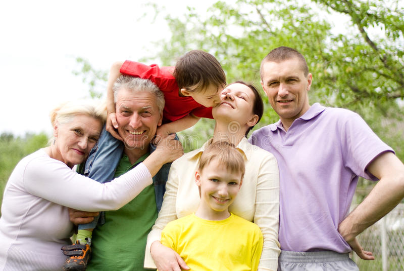 Lycklig familj av sex royaltyfri bild