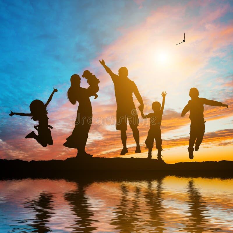 Lycklig familj av sex medlemmar
