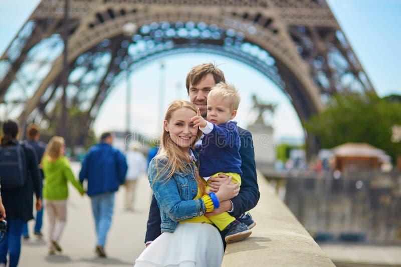 Lycklig familj av tre i Paris royaltyfri foto