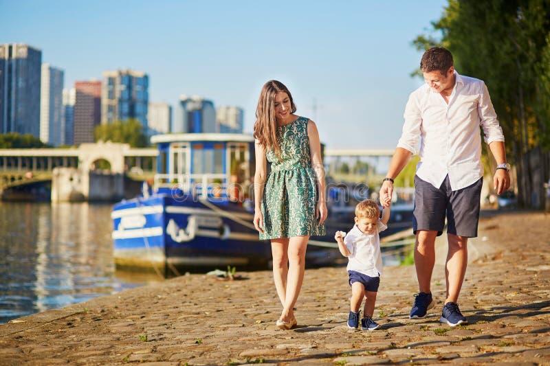 Lycklig familj av tre som tycker om deras semester i Paris royaltyfri foto