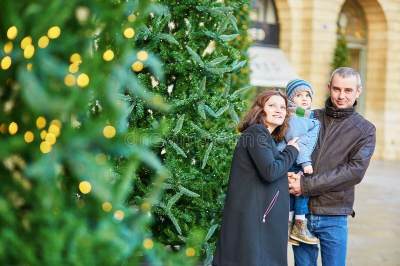 Lycklig familj av tre utomhus på jul royaltyfria bilder
