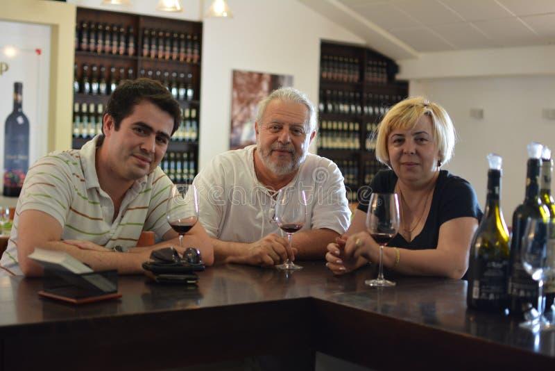 Lycklig familj av vinavsmakning royaltyfri fotografi