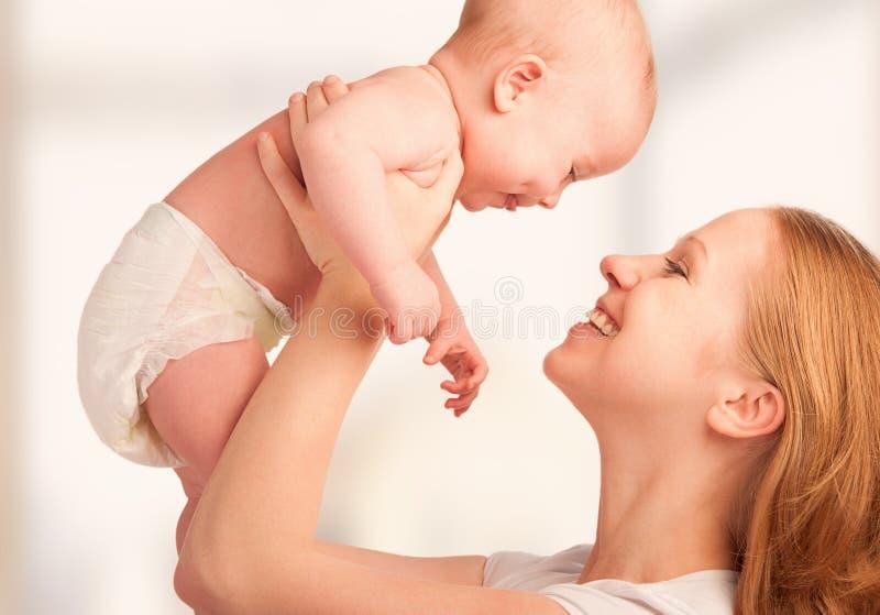 Lycklig familj. barn fostrar och behandla som ett barn arkivfoton