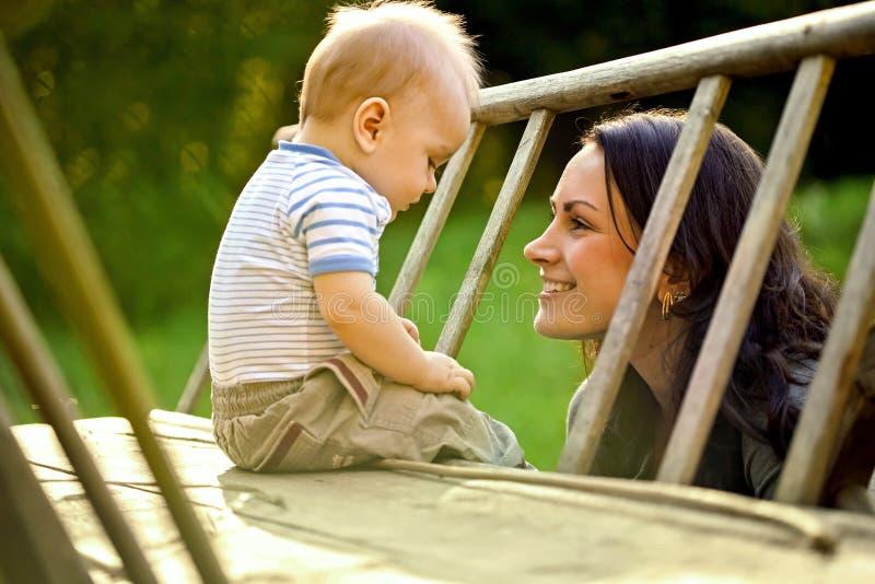 Lycklig familj. En ung moder och behandla som ett barn royaltyfri fotografi
