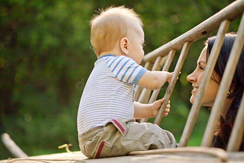 Lycklig familj. En ung moder och behandla som ett barn arkivfoto