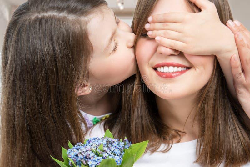 lycklig familj Flickan gratulerar hennes moder Kvinna och barn royaltyfria bilder