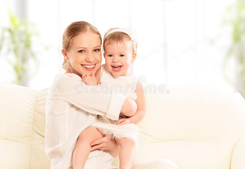 Lycklig familj. Fostra och behandla som ett barn dotterlekar och att krama och att kyssa royaltyfri foto