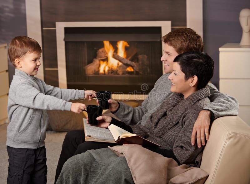 Lycklig familj hemma arkivbilder