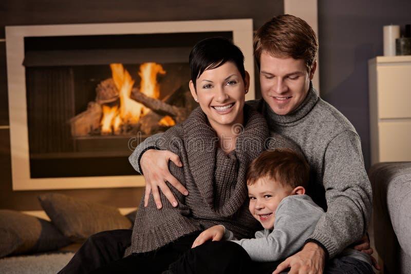 Lycklig familj hemma fotografering för bildbyråer