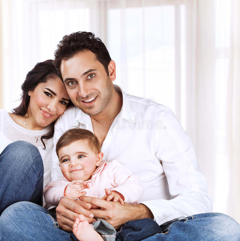 Lycklig familj hemma royaltyfria bilder