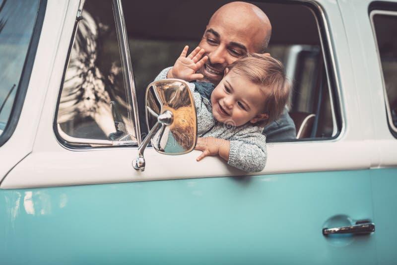 Lycklig familj i bilen arkivbild