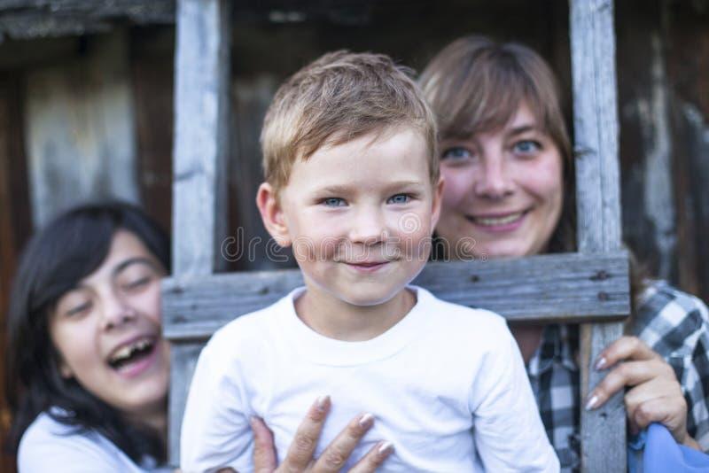 Lycklig familj i byn, pys i förgrunden royaltyfria bilder