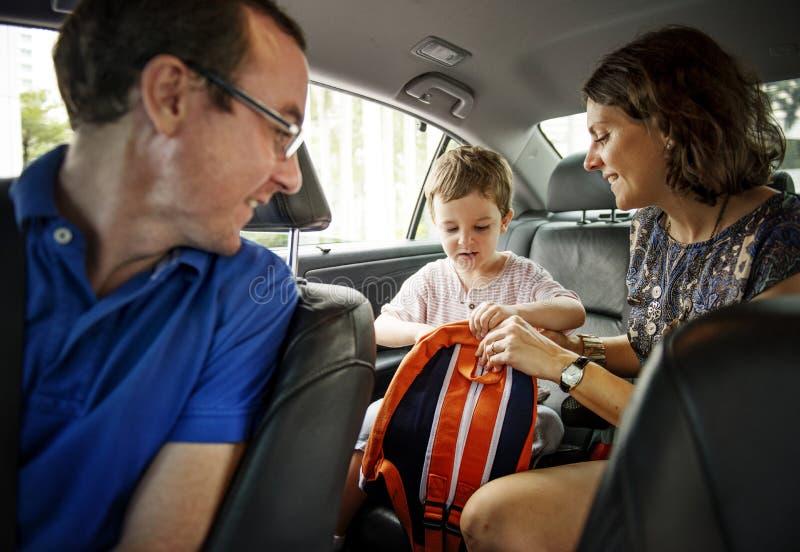 Lycklig familj i en bil arkivfoton