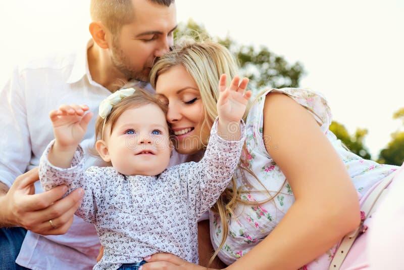 Lycklig familj i en parkera i sommar arkivfoto