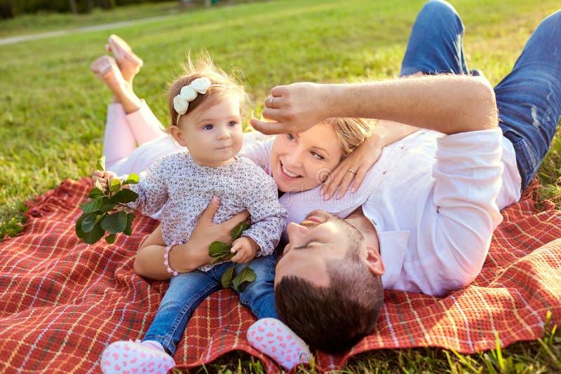 Lycklig familj i en parkera i sommarhöst royaltyfri foto