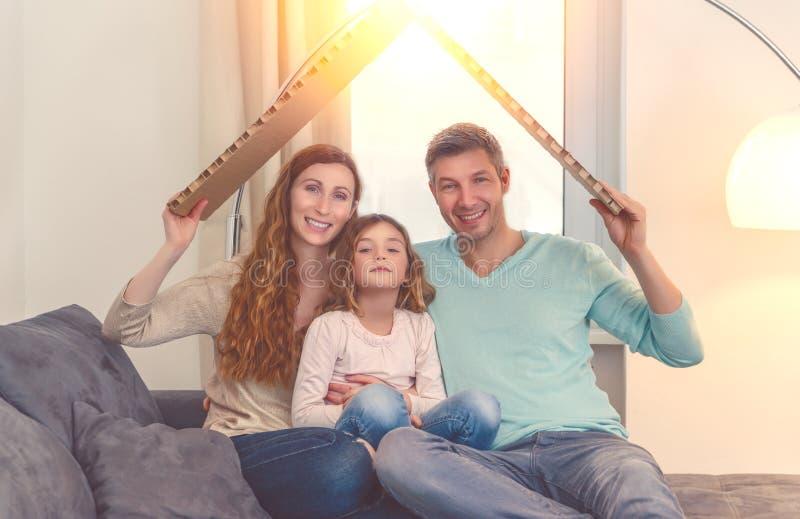 Lycklig familj i godsplanläggning arkivfoton