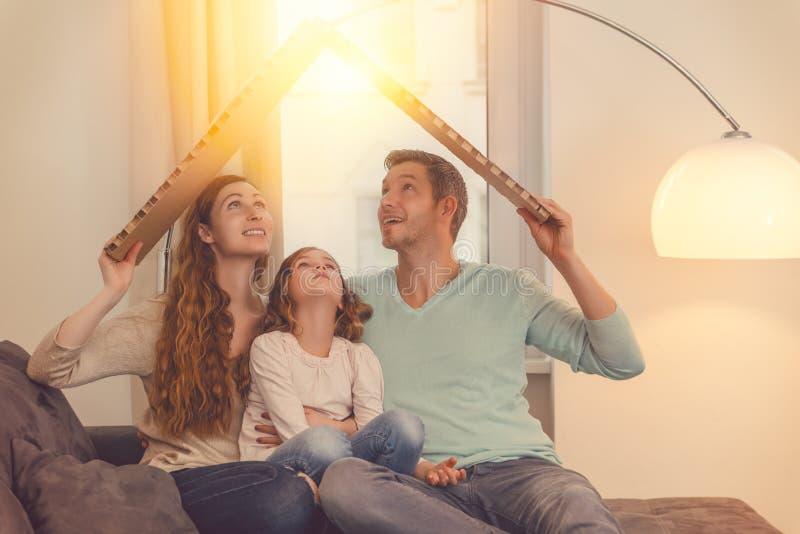 Lycklig familj i godsplanläggning arkivbild
