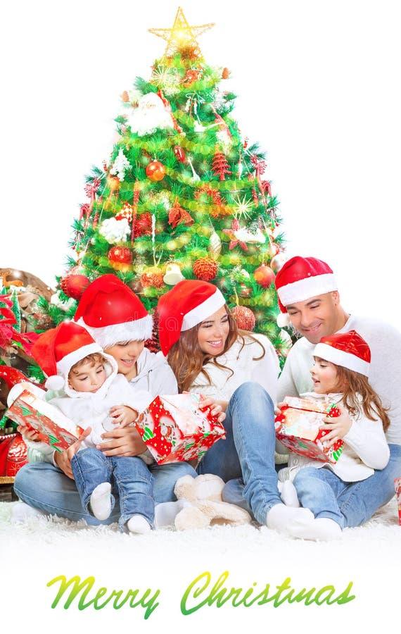 Lycklig familj i julhelgdagsafton royaltyfri bild