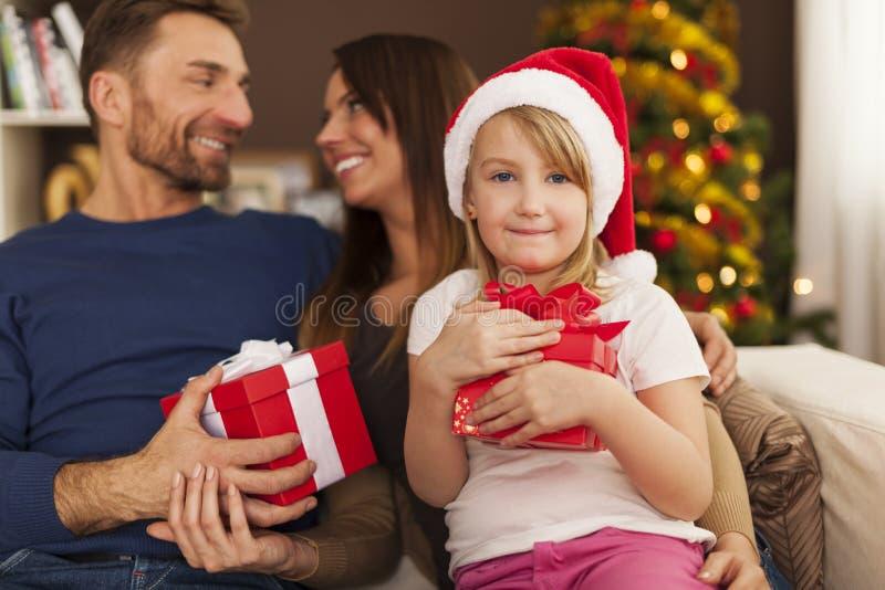 Lycklig familj i jultid royaltyfria foton