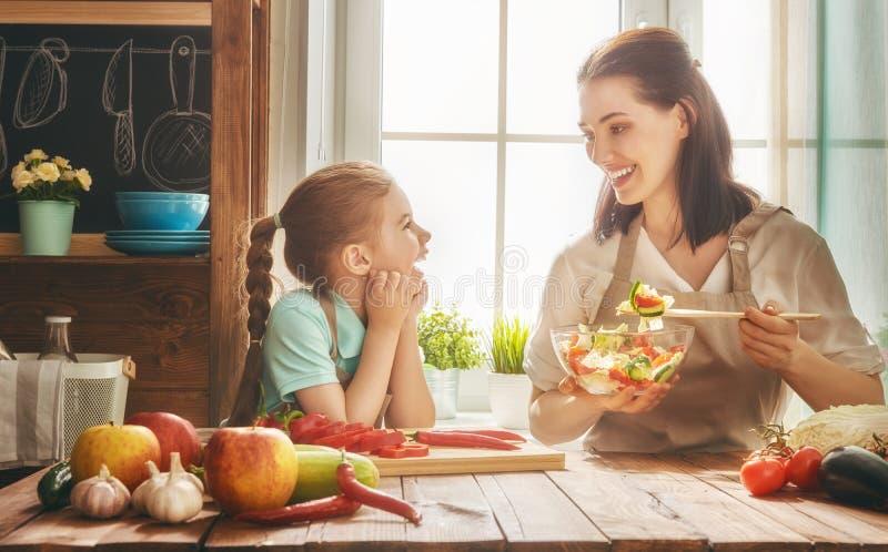 Lycklig familj i kök royaltyfri foto