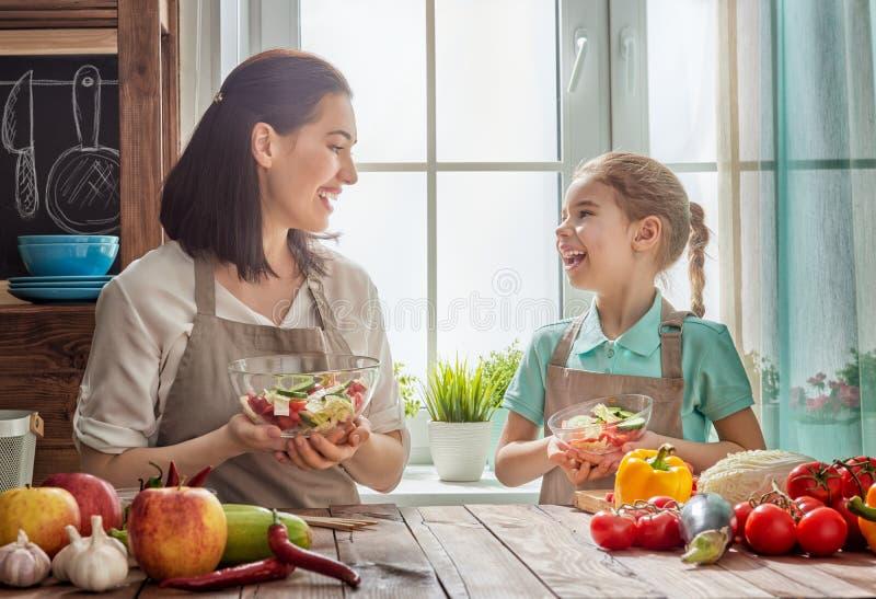 Lycklig familj i kök royaltyfria bilder