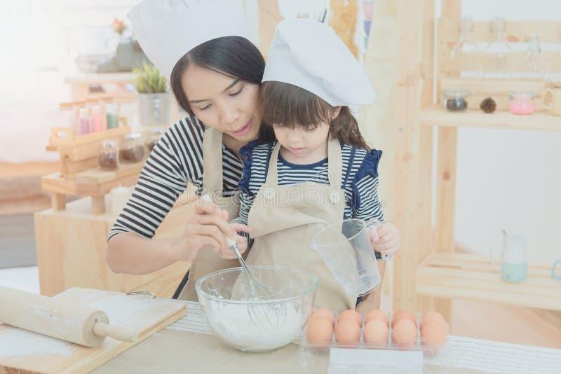 Lycklig familj i kök arkivbild