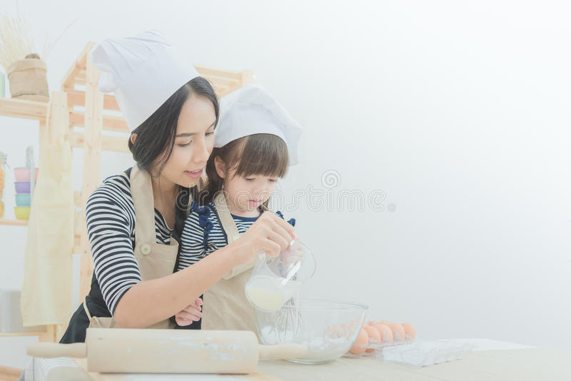 Lycklig familj i kök arkivbilder