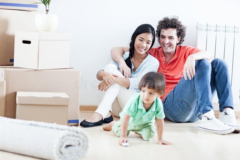 Lycklig familj i nytt hem arkivfoto