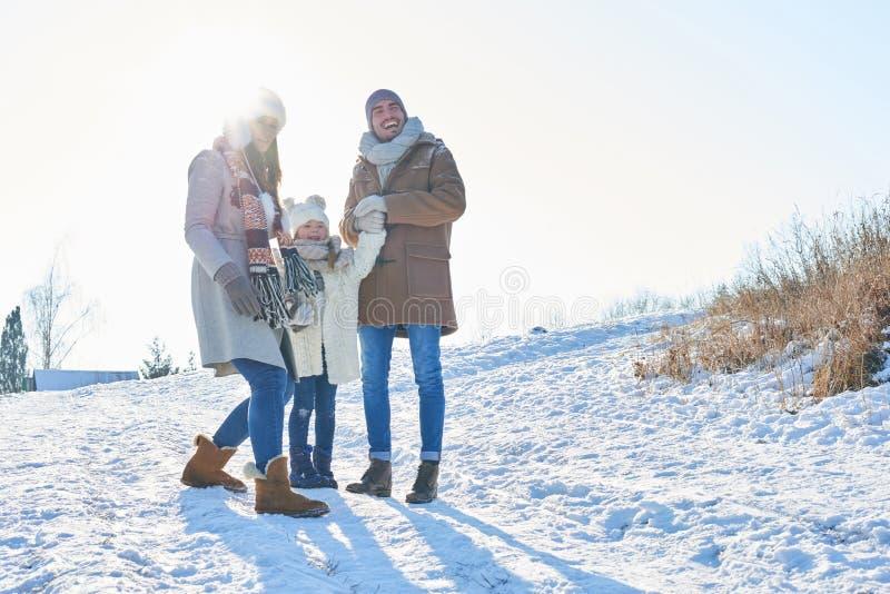 Lycklig familj i tur för vinterferie royaltyfri fotografi