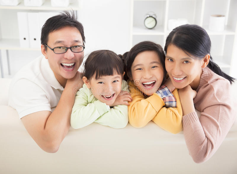Lycklig familj i vardagsrumet royaltyfri bild