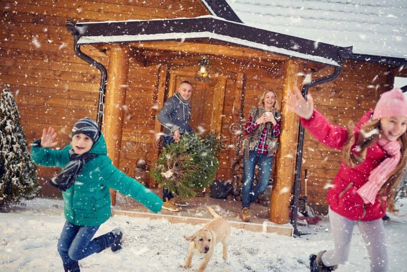 Lycklig familj i vinterferier med barn arkivfoto