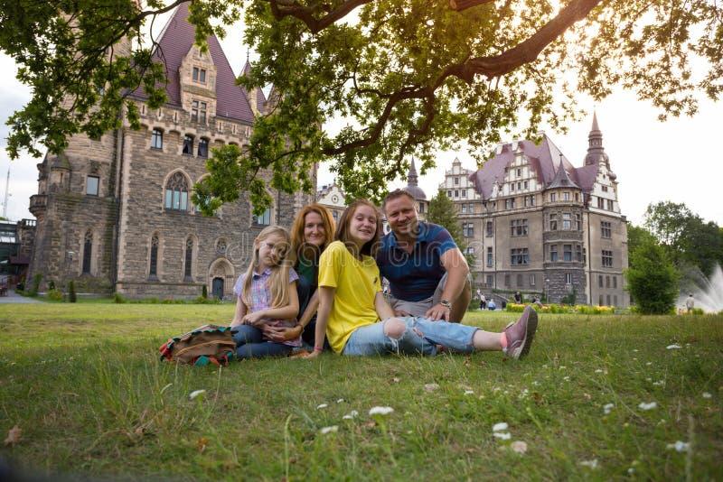 Lycklig familj - mamma, farsa och två döttrar fotografering för bildbyråer