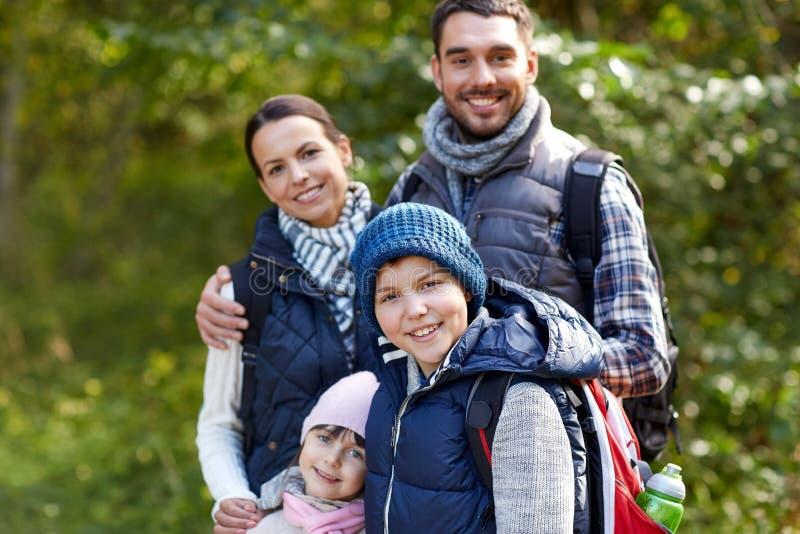 Lycklig familj med att fotvandra för ryggsäckar royaltyfri foto