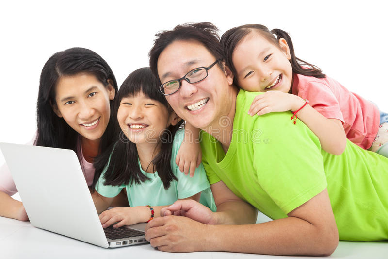 Lycklig familj med bärbara datorn royaltyfria bilder