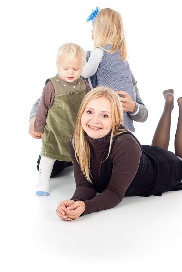 Lycklig familj med barn fotografering för bildbyråer