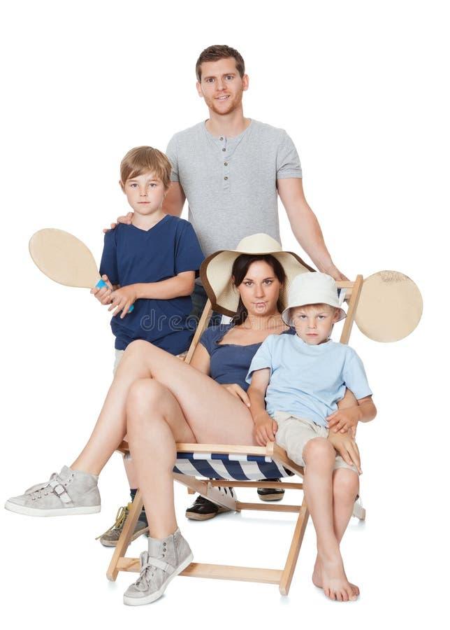 Lycklig familj med barn på en vit bakgrund arkivfoton