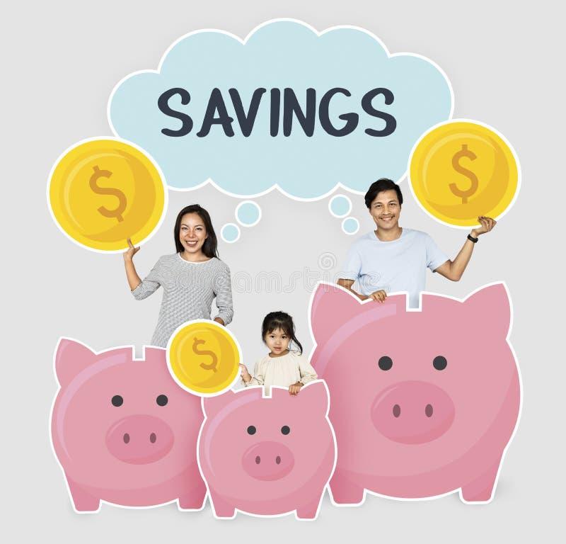 Lycklig familj med besparingar i spargrisar arkivbilder
