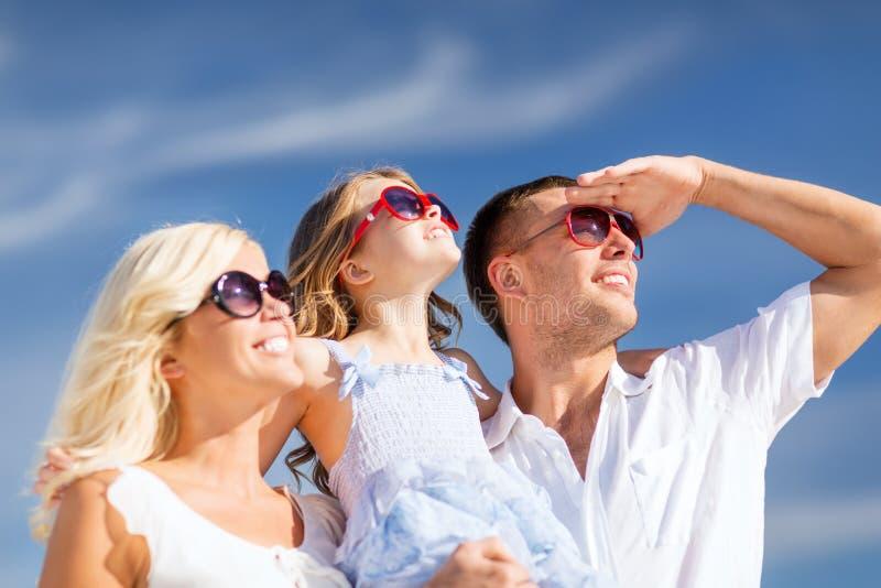 Lycklig familj med blå himmel arkivfoton