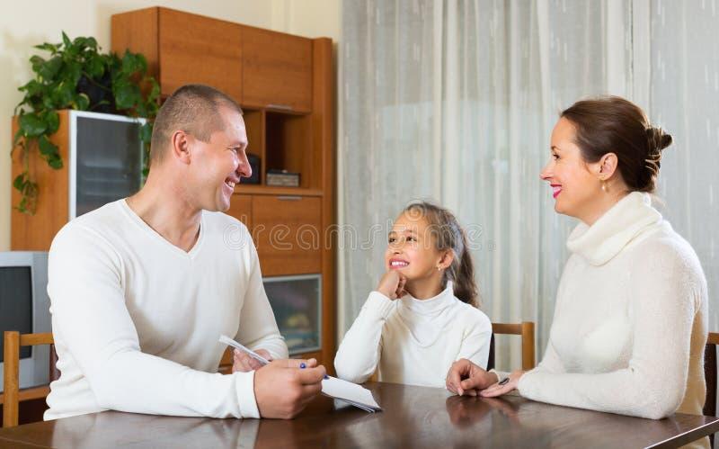 Lycklig familj med dokument royaltyfri fotografi