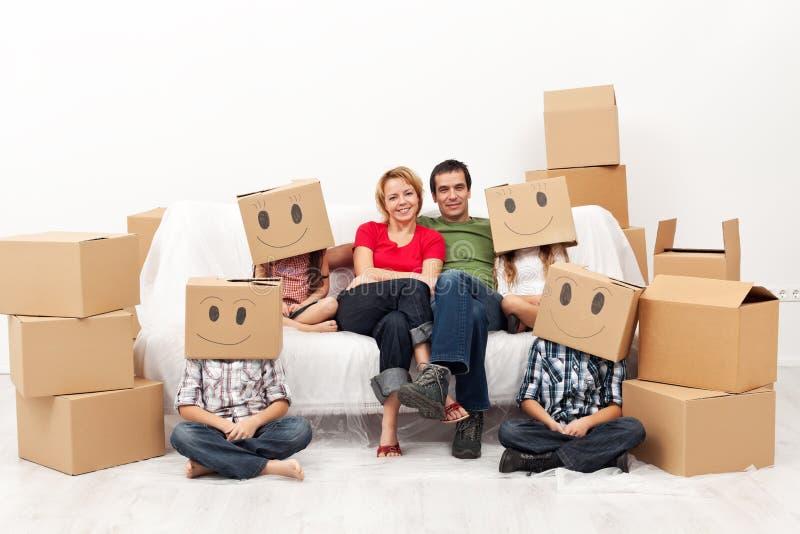 Lycklig familj med fyra ungar i deras nya hem arkivfoton