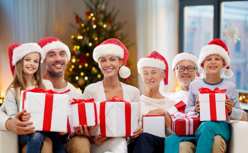 Lycklig familj med julgåvor hemma royaltyfri bild