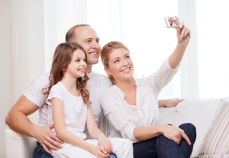 Lycklig familj med liten flickadanandesjälvståenden arkivbild
