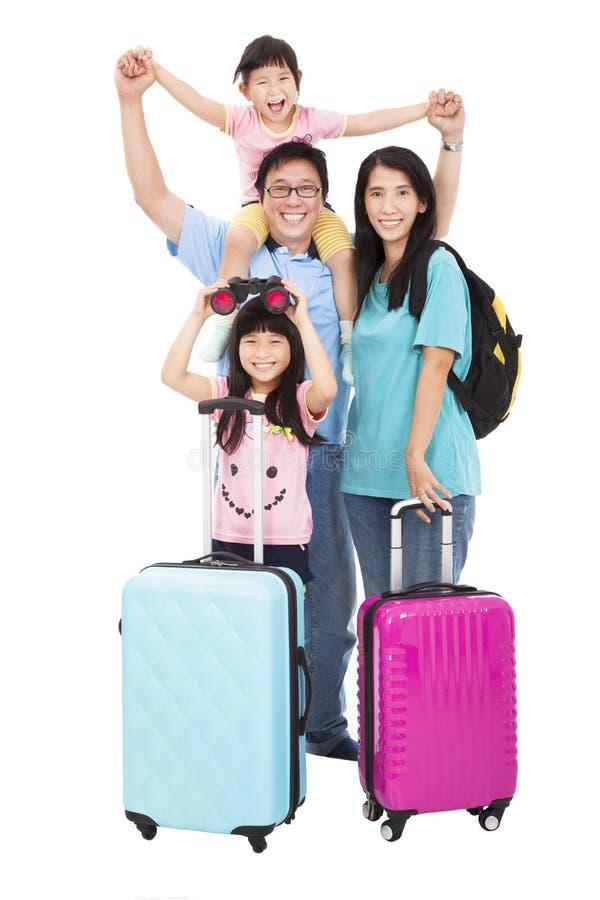 Lycklig familj med resväskan som går på ferie arkivbilder